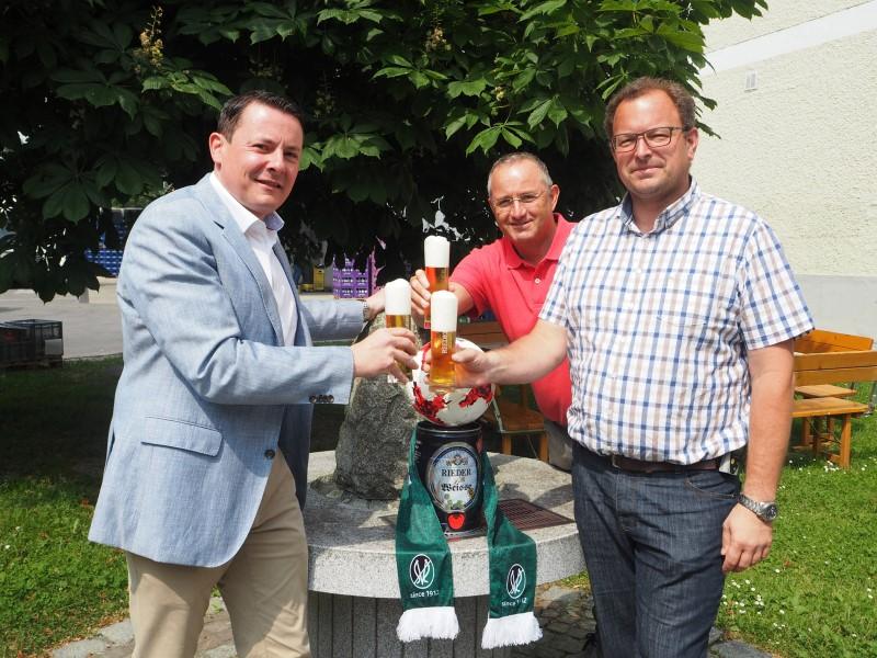 SVR-Präsidiumsmitglied und Finanzvorstand Roland Daxl sowie die beiden Geschäftsleiter der Brauerei Ried, Christian Aigner und Josef Niklas. (Foto: SV Ried)